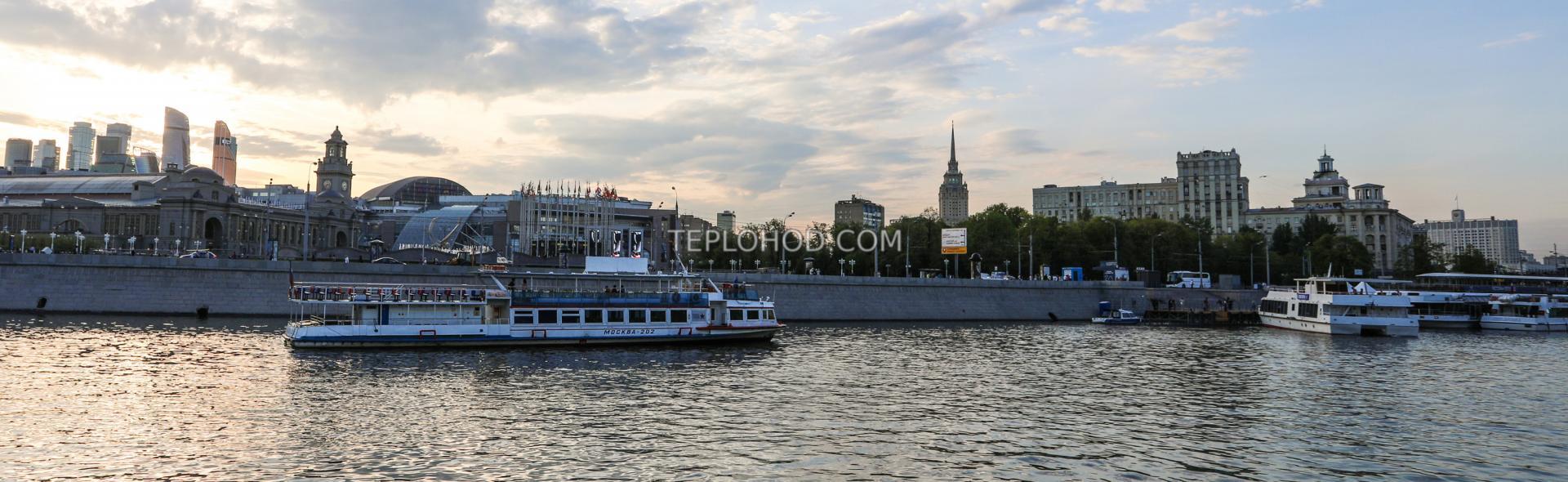Обзорная экскурсия с гидом, на комфортабельных теплоходах в Москве с обедом или ужином от шеф-повара